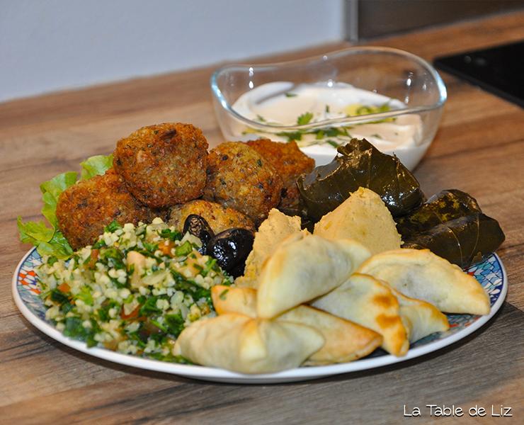 Assiette libanaise recettes végétariennes de La Table de Liz. Recette des fatayers, recette des falafels, recette du houmous, recette du taboulé libanais, recette du labné