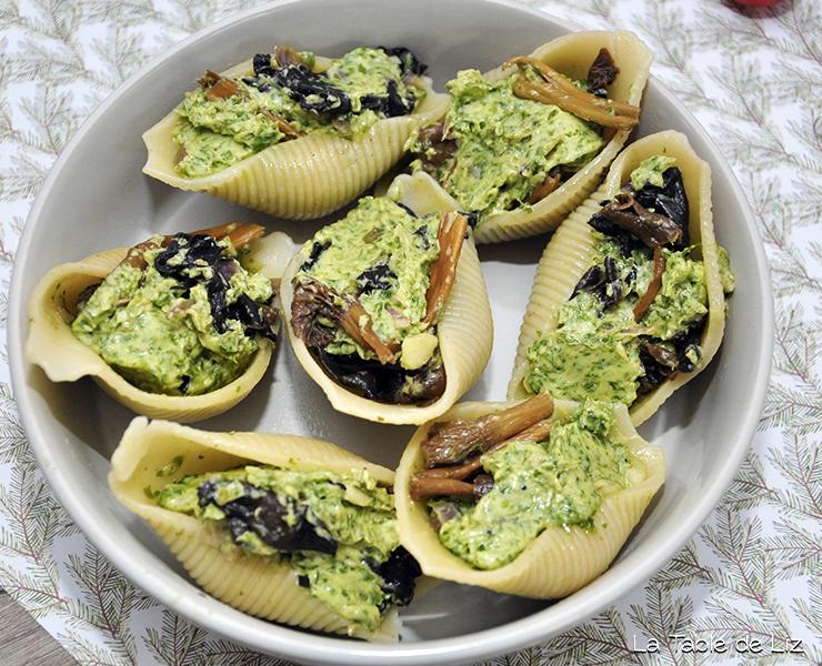 Champignons au beurre d'ail dans un conchiglioni, comme des escargots. Recette végétarienne de La Table de Liz